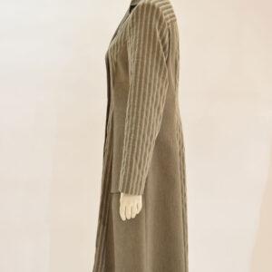 Sommermantel: Knielange zweireihiger taillierter Mantel Seitenansicht - Crines Design